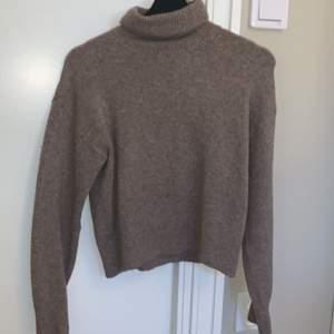 En snygg stickad polo tröja från hm