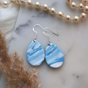 Handgjorda örhängen i polymer lera🥰 Superfina dropp formade örhängen i blått och vitt marmor mönster! Krokar i 925 sterling silver! Droppen är 2,5cm❤️