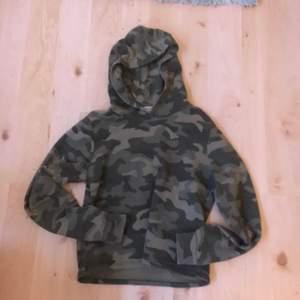 Det är en militär grön hoodie. Storlek XS-S. Kostnad: 30 kr