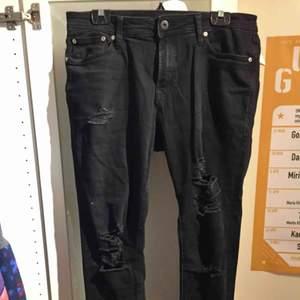 Svarta jeans med slitningar från Jack and Jones. Passar tyvärr inte min stil, därav oanvända!! Relativt stora i storleken- passar mig som är 34