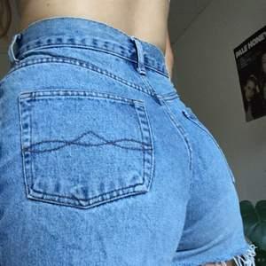 Vintage jeansshorts! Dragkedjan åker ner ibland men det har jag löst med en nyckelring (som du får). Ljusblå tvätt och mjukt tyg utan stretch. Fri frakt!