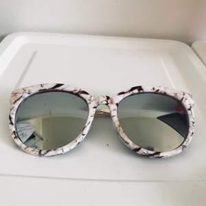Riktigt snygga solglasögon med spegelglas. Frakt 15kr