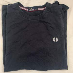 Fred perry t-shirt i lite mer vintage condition. Storlek S