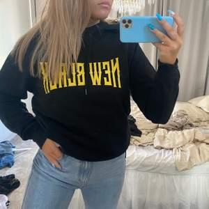 Hoodie köpt för ca 1000kr från new black. As snygg hoodie från killavdelningen. Storlek M