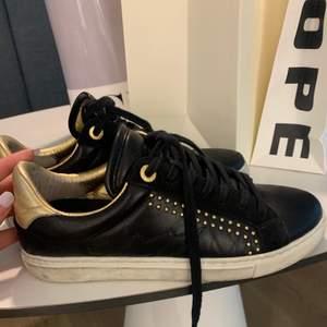 Skor köpta från zadig hösten 2019. Skorna är i använt skick och nypriset ligger på 2250. Skriv för mer bilder🥰