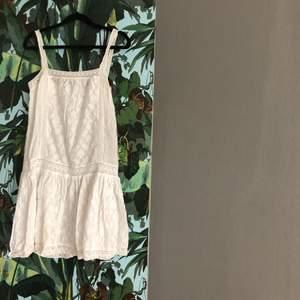 Vit klänning i bomull från ASOS petite. Broderier och vackra detaljer.