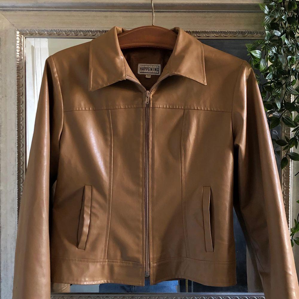 Retro läderjacka, bra skick, priset kan variera om någon buder högre. Frakt ingår ej. Jackor.
