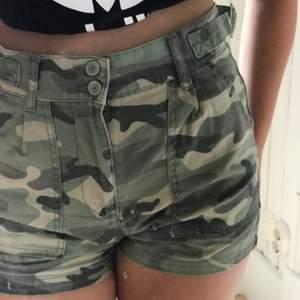 Super snygga och bekväma shorts. Lagom långa och bra kvalitet, har använts 1 gång. Hör av er för mer frågor!