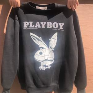 Playboy sweatshirt från missguided X Playboy. Väldigt Oversized modell (mysig) så den passar S-L. Minimal rosa fläck, se bild 3. Fraktar (63 kr spårbar) eller möts upp på söder👻 buda! Senaste bud: 850kr. Budgivning avslutad