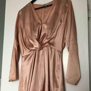 Så fin klänning från Nelly i storlek 40 men passar minst lika bra på en 38a /M. Använd vid fåtal tillfällen. 159 kr inkl frakt.  Material - polyester.