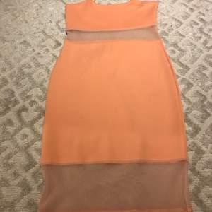 Super snygg kläning som passar bra för mer festliga tillfällen, den har en ljusrosa färg och sitter bra på. Med sina små detaljer bli den bara mer unik.