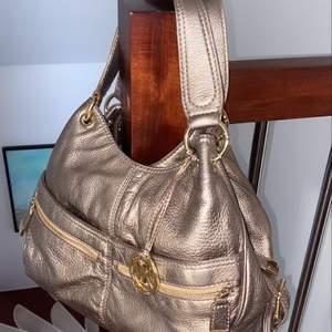 Michael kors väska med supermånga fack! Jättebra till om man ska bort ett par dagar eller skolväska. Frakt kostnad tillkommer!❤️❤️❤️