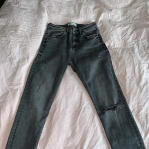 Gråa stretchiga jeans från Zara med slitning på knät och även coola slitingar längst ner.