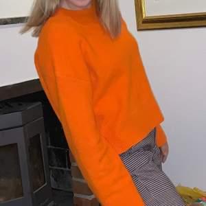 Fin stickad tröja i orange skön färg! Superskön med lite vidare ärmar. Från & other stories