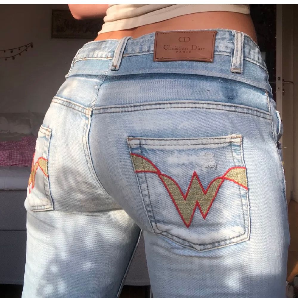 Tidigare ägare har sytt om dom i midjan och klippt av dom som man ser. Men dom fungerar helt och de e lite coolt. Jag är 166, S. Liksom  andra low waisted  är dom för små för min rumpa. BUDA PÅ. Jeans & Byxor.