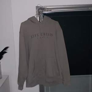 Coool mörkgrå hoodie från Carlings🤍 säljs då den är lite stor på mig, den ä lite nopprig (Se bild 3) frakt tillkommer på 63kr nypris 400