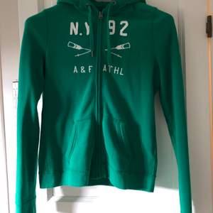Skogsgrön hoodie i strl S från Abercrombie & Fitch. Den är i mycket fint skick, men har ett pyttelitet hål i ena ärmen som lätt fixas med ett par stygn. (Därför säljer jag den till ett lite billigare pris)
