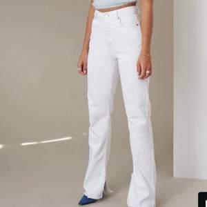Säljer dessa jätte fina jeans från Hanna schönbergs kollektion med NA-KD. Säljes för jag har två stycken, fast ett par i 34. Jag är 160 och 34 sitter bra på mig🥰  De är endast testade! Nypris är 549 och säljer de för 350, gratis frakt❤️ om fler vill köpa blir det den med högs bud🥰 budet ligger på 400, avslutas 3/10