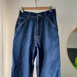 Mörkblå cargo jeans från Brandy Melville som inte kommer till användning längre. Jeansen är i storlek S, skulle även säga att de hade suttit bra på en XS. Bra skick! Köparen står för frakt.