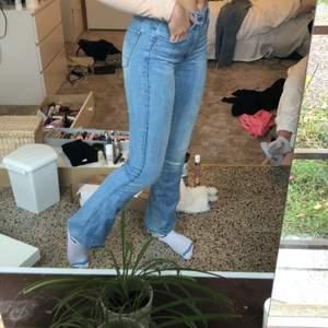 Ljusblå jeans med smått boodcut från G-STAR RAW, litet hål i den högra hällen på byxan men annars super bra skick!💙 st.xs/s. Buda i kommentarerna om det är flera intresserade!