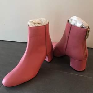 Fina rosa boots, nypris runt 2000kr