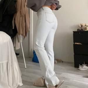Säljer mina fina jeans från Zara. Storlek S. Aldrig använda. Ej stretchiga och med en snygg slits. Frakt tillkommer!💙
