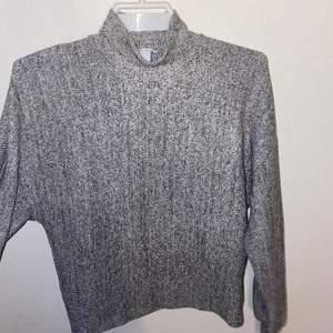Super söt tröja med en liten polokrage som blir toppen till outfiten! Inte använt en enda gång. Från New yorker. ( frakt tillkommer )