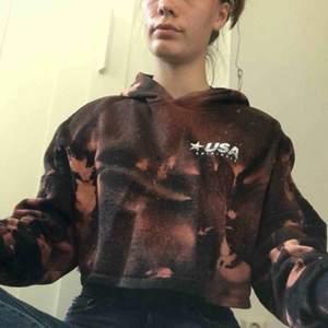 Croppad hoodie från hm men coolt tryck. Har själv blekt den med klorin och fått fram mönstret. Supersnygg till cykelbyxor.  Frakt på 36kr tillkommer