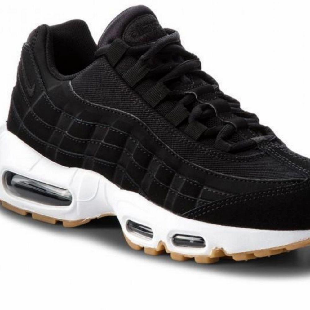 Skit snygga sneakers. Modell: Nike air Max 95. Köpte dem i vintras o har använt dem fåtals gånger. Nästan som nya. Skriv till mig vid intresse så kan ni få bilder på skorna! Möts upp i Malmö eller står kunden för frakten!. Övrigt.