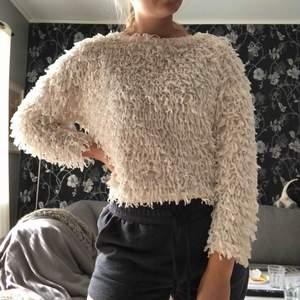 Vit stickad tröja från Zara. Säljer pga ej min stil. Köpare står för frakt