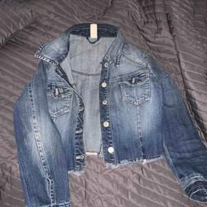 storlek XS, croopad jeansjacka