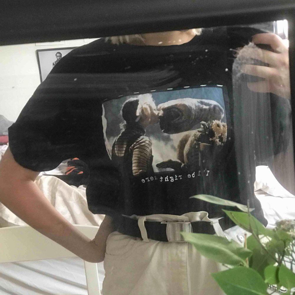 jättefin T-shirt med E.T - tryck! . T-shirts.
