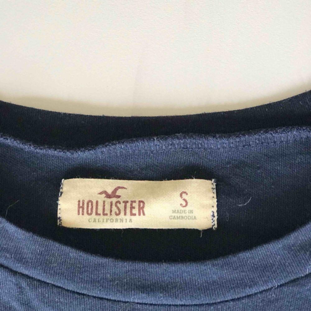 En fin figursnära T-shirt från hollister. Något nopprig men inget man tänker på. Köparen står för frakten. Priset går att diskutera vid snabb affär❤️. T-shirts.