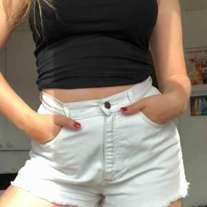 Vita jeansshorts. Perfekt passform!!