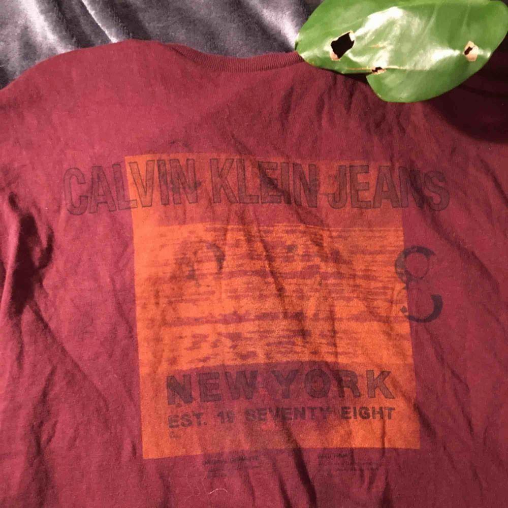 Lite vintage Calvin Klein tröja. 💫 äkthet kan dock inte garanteras då jag köpt den i en second hand butik i berlin.. T-shirts.