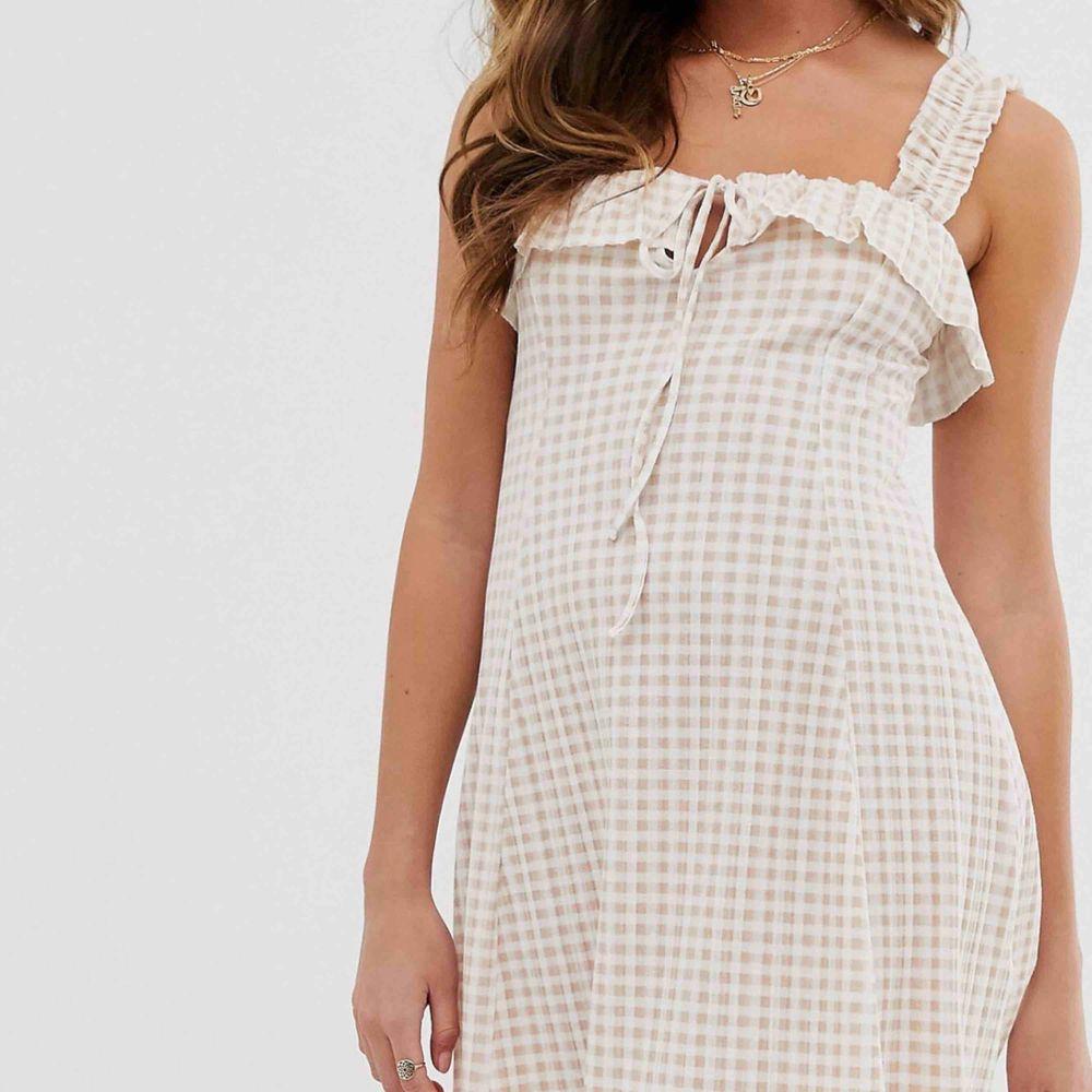 Söt klänning, aldrig använd (prislapp kvar)!   Kan mötas i växjö eller extra fraktkostnad!. Klänningar.