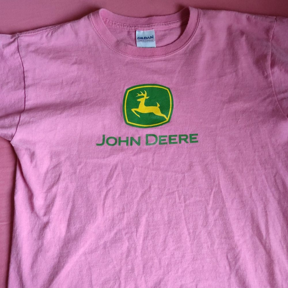 En fin rosa tröja. Bra skick. Köparen står för frakt.. T-shirts.