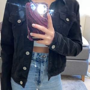 Skit snygg jeans jacka. Perfekt nu när det börjar bli vår! ✨ storleken S men passar också M. NYPRIS 250kr säljer för 80kr + frakt💕