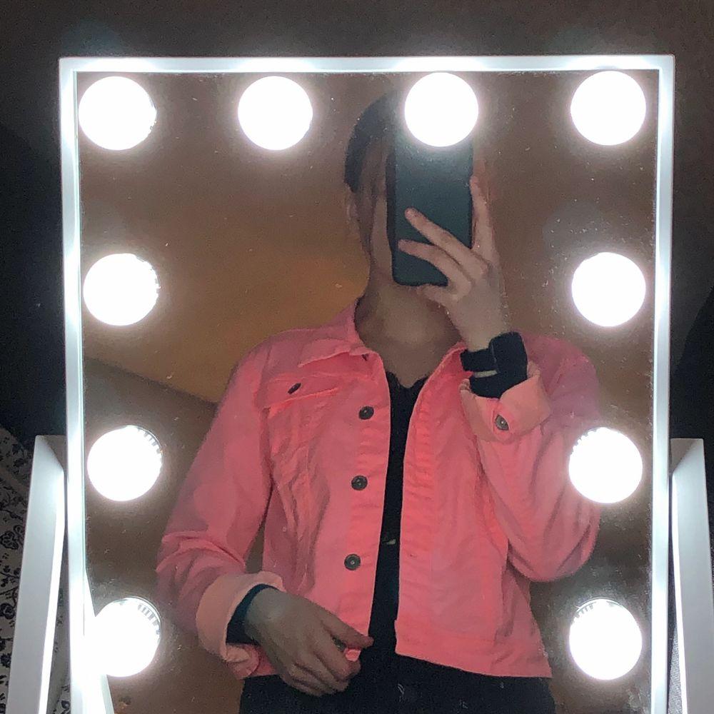En jeansjacka i storlek 40! Men sitter som en s/36. Neon rosa och helt oanvänd. Säljs då jag inte är en rosa människa❤️ . Jackor.