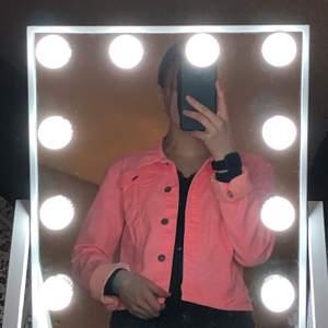 En jeansjacka i storlek 40! Men sitter som en s/36. Neon rosa och helt oanvänd. Säljs då jag inte är en rosa människa❤️