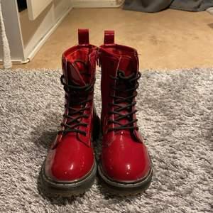 Säljer ett par jätte fina boots i storlek 34.