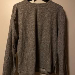 En grå och varmare tröja. Säljes för 50kr, frakt tillkommer. 💕✨