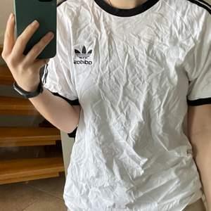 Adidas t-shirt i storlek M. Säljer pågrund av att den inte kommer till andvändning och vill hitta ett nytt hem. Inga slitage och är i bra skick.