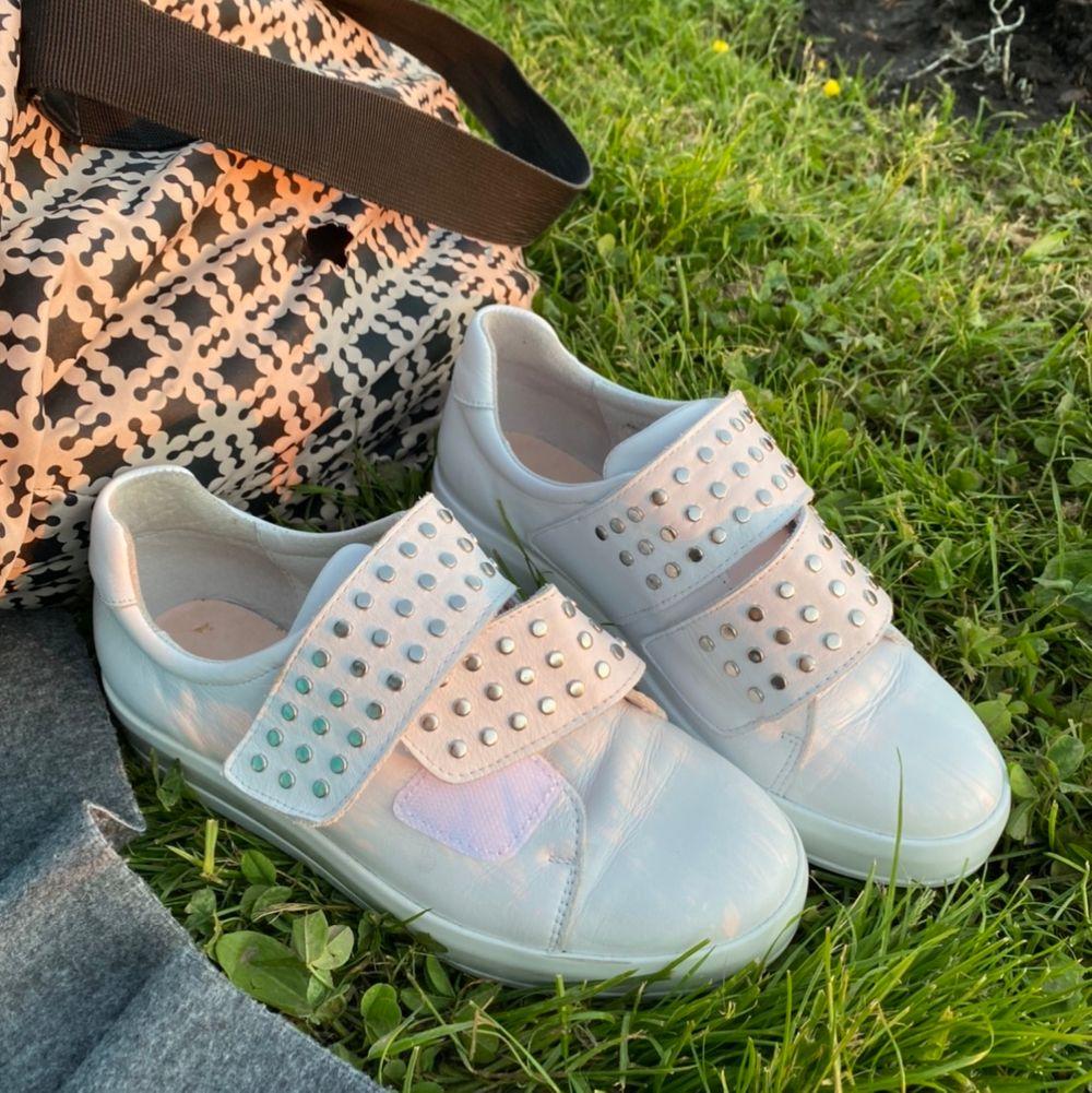 Snygg skor med nitar. Dom är använda men i bra skick. Hör av dig för fler bilder eller frågor. Säljer då jag inte har nån användning av dom längre. Köparen står för frakten. Kan sänka priset vid snabb affär. Skor.