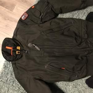 Nu säljer jag min Parajumpers jacka som är i riktigt bra skick. Jackan är 100% äkta och klarar garanterat av en kall vinter och är varm och skön.  Kan både Fraktas och Hämtas vid köp. QR kod och CLG kan scannas innan köp.