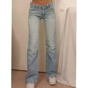 Sålda för 700 men kontakta mig för bilder på fler liknande Lee jeans jag har, kan säljas till mke billigare pris🤗💖skitsnygga lågmidjade jeans från Lee. Sjukt nice passform och raka/utsvängda (är nog lite mer utsvängda irl än på bilden) i perfekta ljusblå färgen, säljer då jag har ett par liknande. Vintage och jättefin kvalite så går ej att köpa i butik. W 26 l 33, går till golvet på mig som är 1.67 (utan skor) å lite stora på mig. Köp direkt för 700💖  Buda både i kommentarerna och privat!💫 paketpris kan ALLTID ordnas så kolla in mina andra annonser :)
