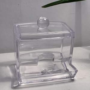 En perfekt ask för att förvara tops i. Nyskick! Originalpris 150kr⭐️
