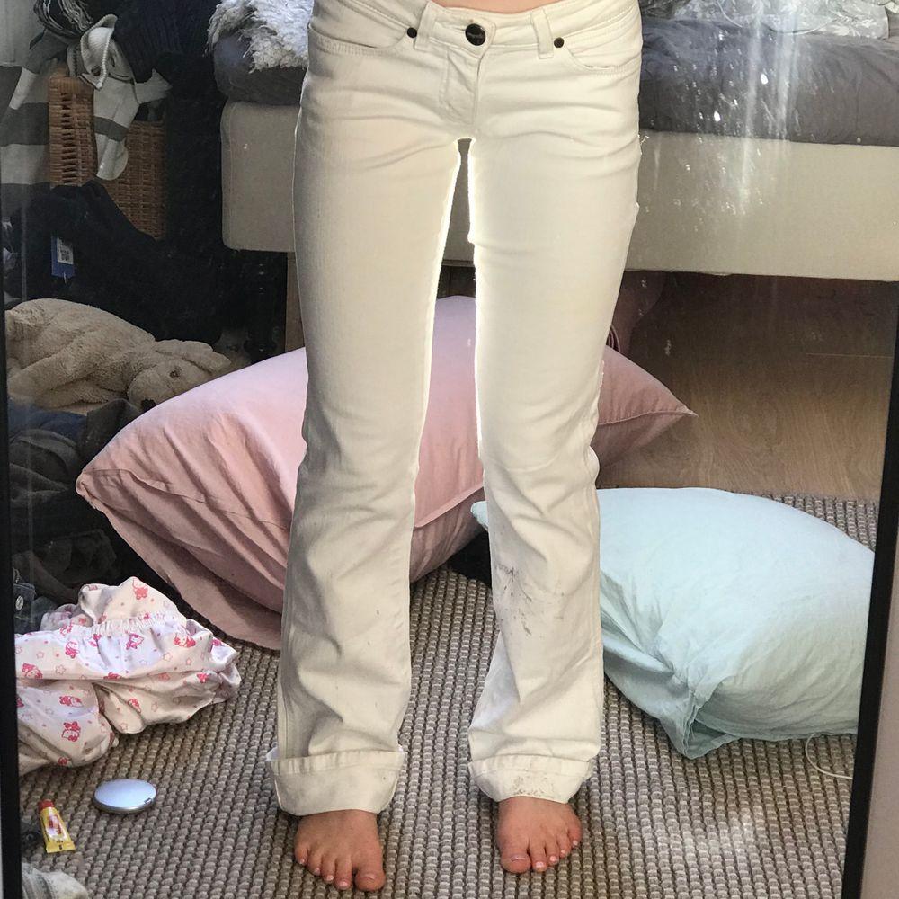 """Supersnygga wrangler bootcut jeans, jag som är 163 har vikt upp dem några cm vilket funkar jättebra men då också passar längre ❤️ Lite smutsiga längst ned men det går med säkerhet bort i tvätten! Två av """"Skärphållarna"""" är lite trasiga då det är små små hål under dem, inget jag har tänkt på ❤️. Jeans & Byxor."""