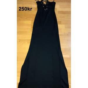 Lång och sexig svart klänning för en lyxig fest