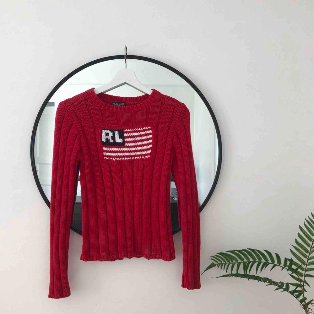 Äkta stickad Ralph Lauren tröja i rött med stor logga. Mycket bra skick och oerhört skön 🌿💜. Stickat.